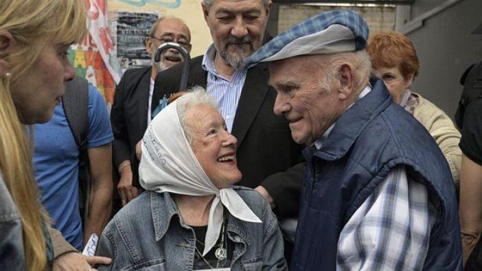 Una de las víctimas de la represión, el exobrero de Ford Carlos Gareis, celebra el veredicto junto a la presidenta de Madres de Plaza de Mayo Línea Fundadora, Nora Cortinas.