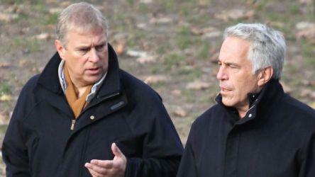 Andrew e Jeffrey Epstein em foto de arquivo