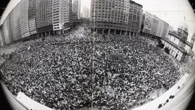 A manifestação histórica no Centro do Rio que ficou conhecida como a Marcha dos Cem mil, em junho de 1968; tais protestos se tornaram impossíveis de acontecer após o AI-5