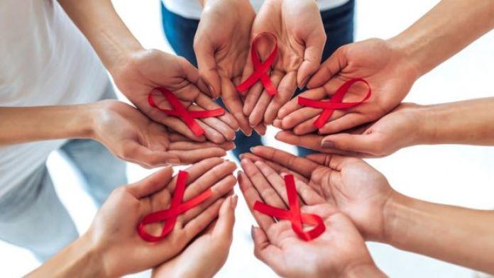 Manos con el lazo del sida