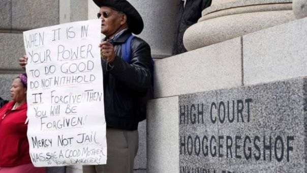 Un hombre pide clemencia frente al tribunal.