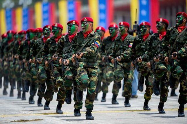 Soldados da Venezuela em desfile