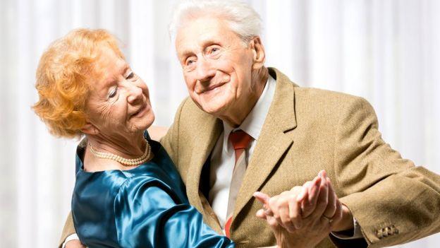 pareja mayor con bailes de salón.