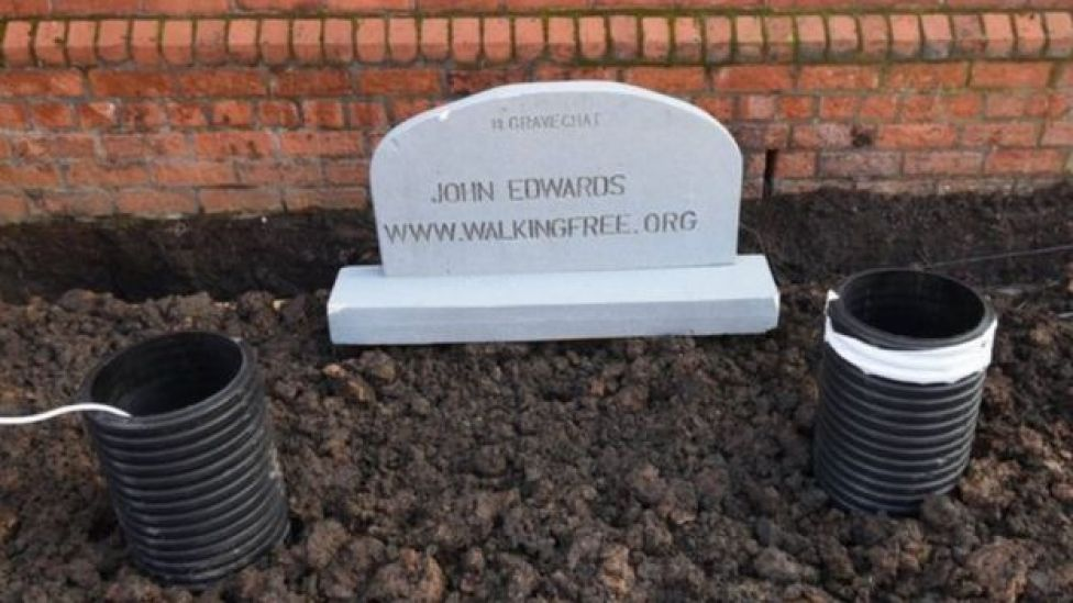 La fameuse tombe de John Edwards dans les jardins de l'église Willowfield, à l'est de Belfast