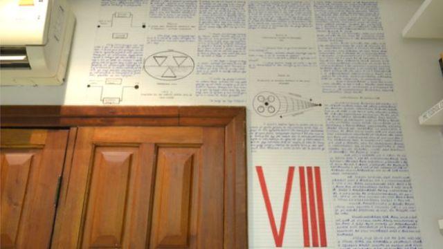 Parede do quarto de Bruno, com desenho e mensagens cifradas
