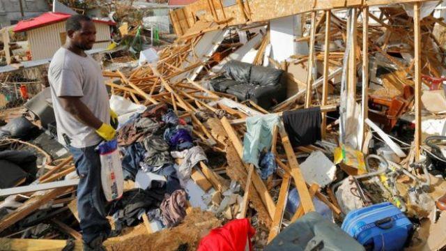 Un residente de las Islas Vírgenes de Estados Unidos mira las ruinas de su casa 12 días después de que el huracán Irma pasara por el lugar.