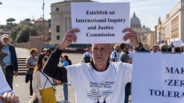 Manifestante protesta em apoio às vítimas de padres pedófilos, nas proximidades do Vaticano, em 3 de outubro de 2018