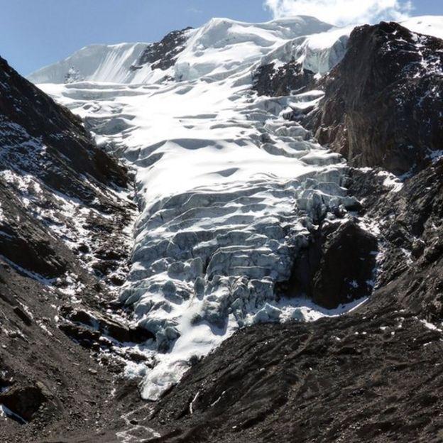 El retroceso de los glaciares deja a su paso lagos que podrían desbordarse.