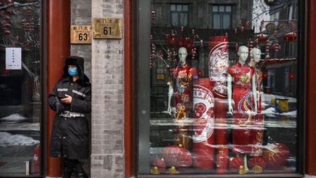 Un garde devant un magasin fermé à Pékin