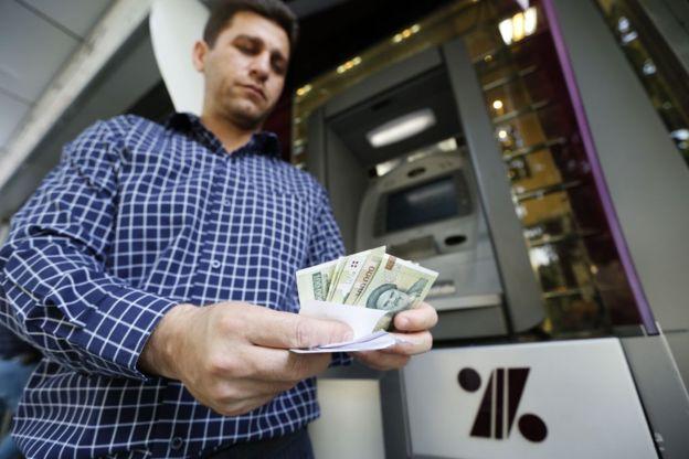 بر اساس اعلام بانک مرکزی قرار است در طول یک دوره گذار دو ساله بتدریج پول جدید جایگزین پولهای قدیمی شوند
