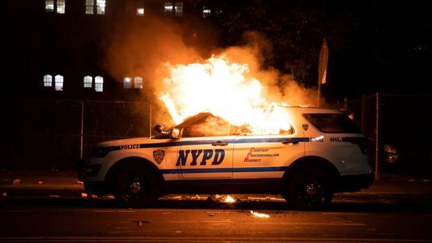 سيارة شرطة مشتعلة في نيويورك