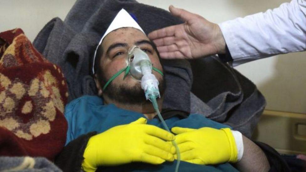 Homem recebe tratamento após suposto ataque químico em Khan Sheikhoun, na Síria, em 4 de abril de 2017