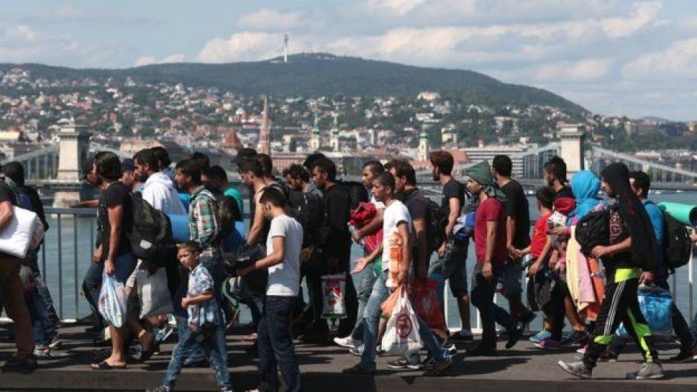مهاجرون يسيرون باتجاه الحدود النمساوية (أرشيف)