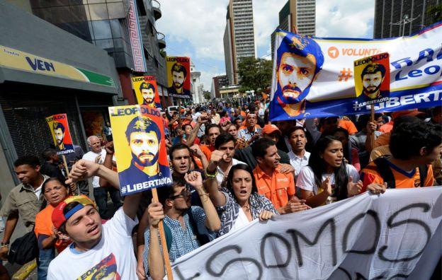 Decenas de simpatizantes pidieron la liberación de Leopoldo López fuera del palacio de justicia.