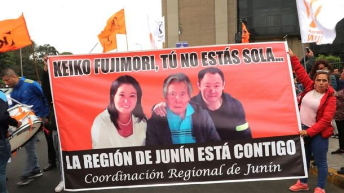 Cartel de Keiko Fujimori junto a Alberto y Kenji Fujimori, su padre y hermano.