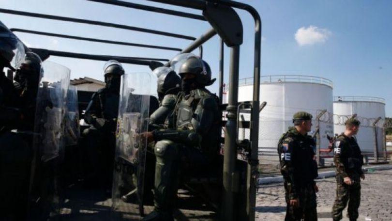 Militares do Exército protegem refinaria