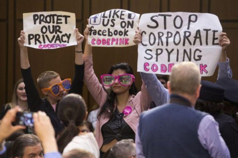 En la audiencia también hubo quien protestó contra la falta de privacidad en Facebook.