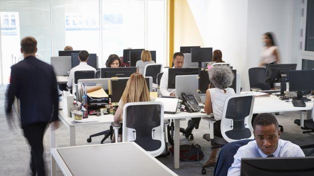 Personas en oficina.