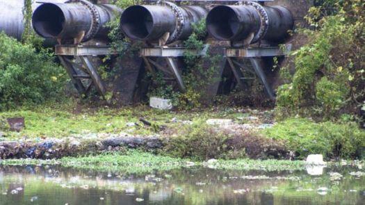 Tubulação de esgoto no rio Pinheiros, em São Paulo
