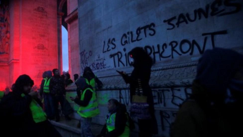 104578527 reutersyellowvests - Mais de 200 pessoas são presas em confronto com a Polícia no 3º fim de semana de protestos em Paris
