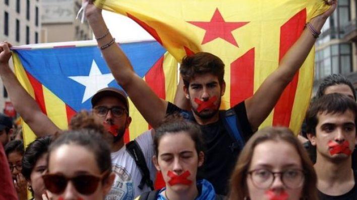 كمم بعض المحتجين أفواههم بعد إعلان نتيجة الاستفتاء