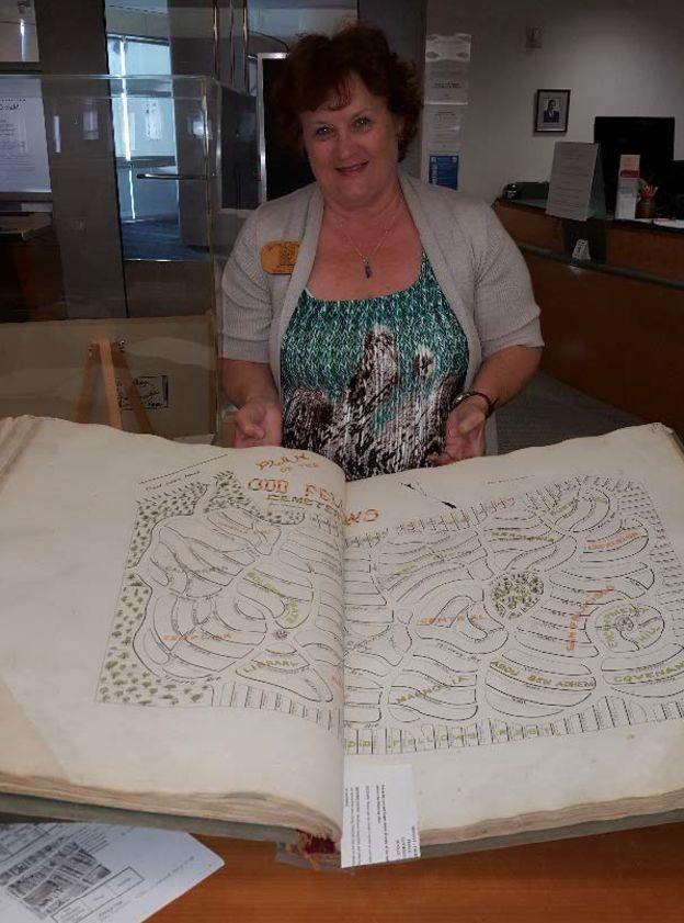 Elissa Davey, chefe da investigação, mostra mapa de cemitério de Odd Fellow