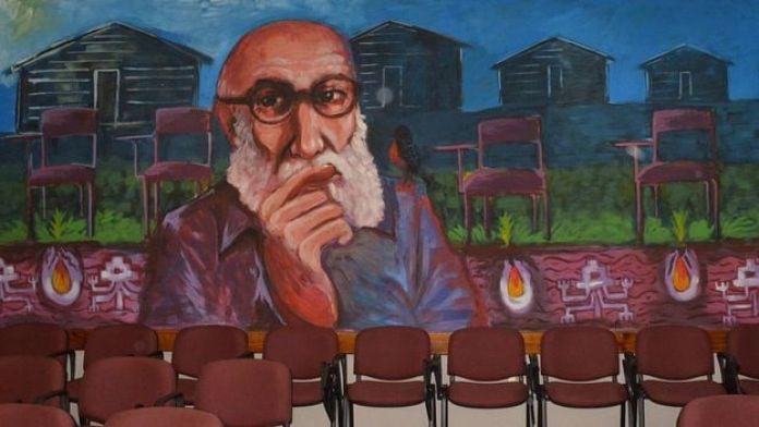 Mural de Paulo Freire na Faculdade de Educação e Humanidades da Universidade do Bío-Bío, no Chile