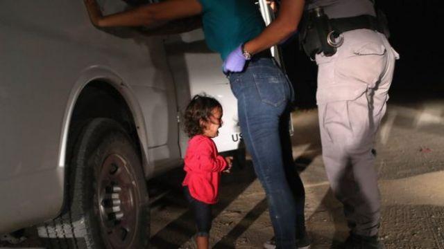 Criança de Honduras chora enquanto policial detém mãe na fronteira do México com os EUA