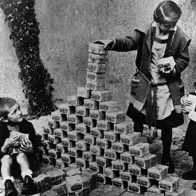 GETTY IMAGES Niños alemanes utilizando billetes de marco para construir una torre en 1923.