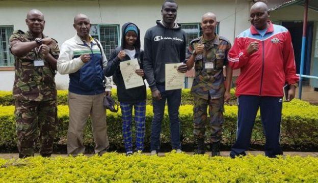 Mbithe (tatu kulia) ndiye bondia wa kwanza mwanamke kuajiriwa kwenye jeshi la Kenya
