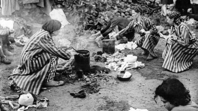 Mulheres preparam comida no campo de Bergen-Belsen, no norte da Alemanha, por volta de 1940