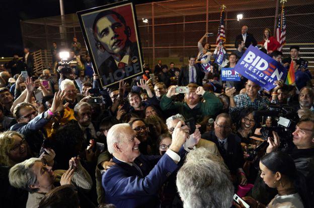 Biden poses with crowd selfies