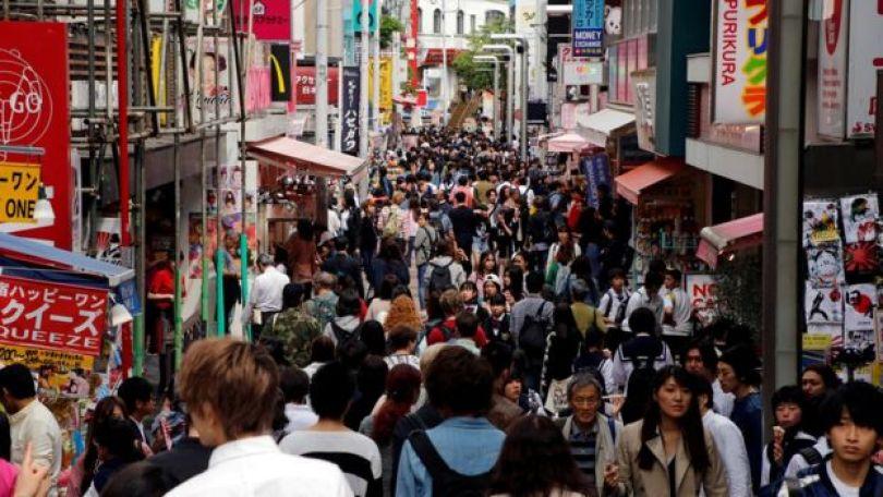 Rua lotada de pessoas em Tóquio
