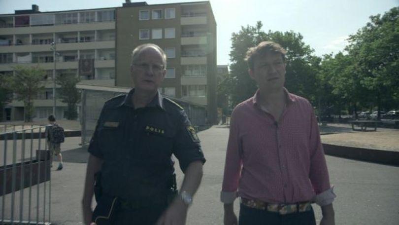 Glen Sjogren, do alto escalão da polícia sueca, caminha ao lado do repórter da BBC, Gabriel Gatehouse, em entrevista sobre os índices de criminalidade na cidade de Malmo