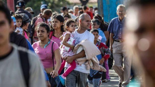 Venezuelanos cruzando a fronteira do país