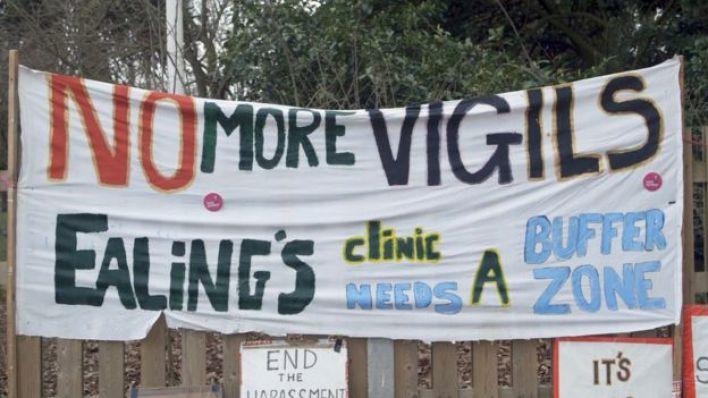 """لافتة تقول """"لا مزيد من الاحتجاجات خارج عيادة إيلنغ"""""""