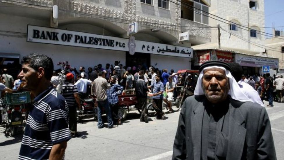 فلسطينيون محتشدون لسحب رواتبهم