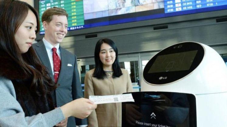 موظف آلي لمساعدة المسافرين في مطار إنتشون