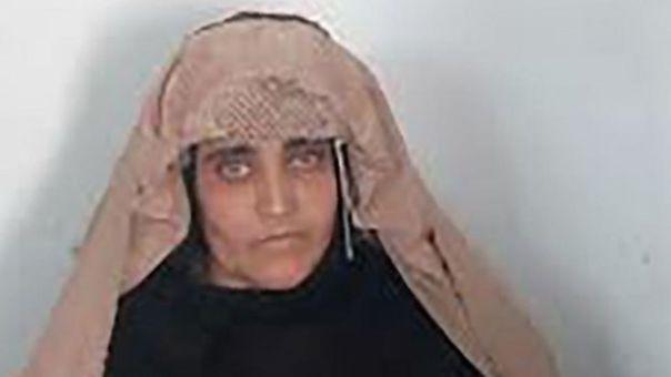 Retrato de Sharbat Gula detenida