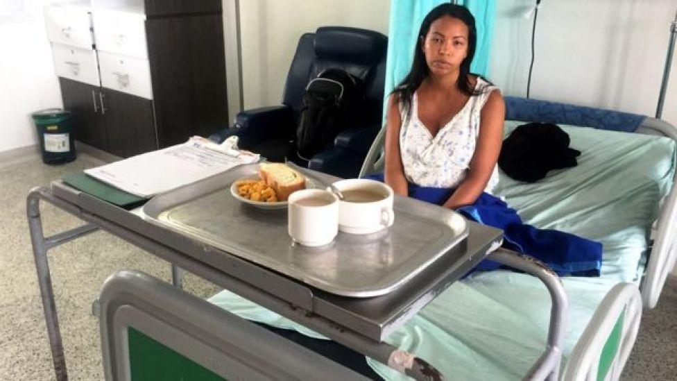 Una mujer en un hospital