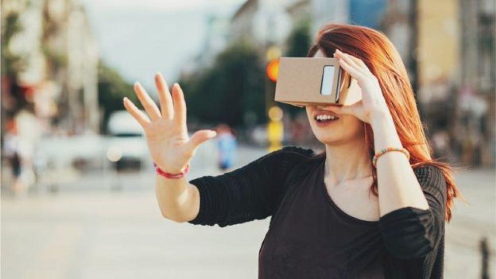Mujer con casco de realidad virtual.