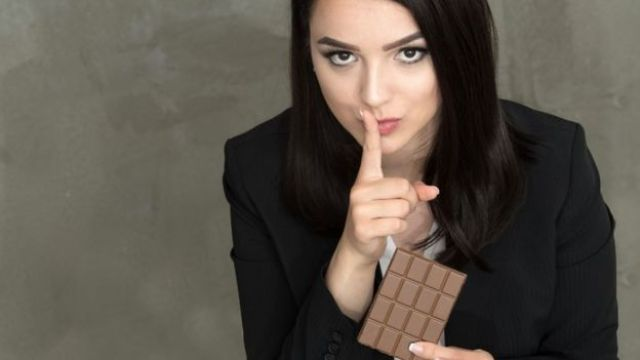 Una mujer con un chocolate