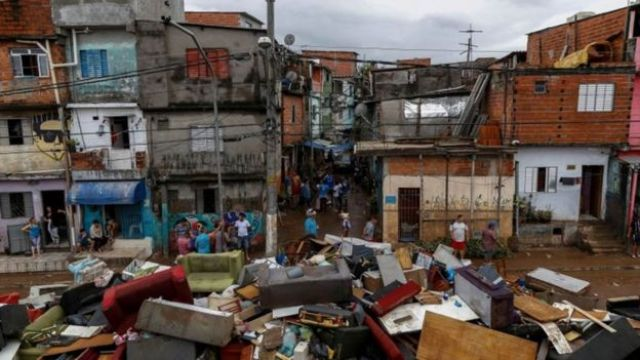 Móveis inutilizados pela chuva em São Bernardo do Campo