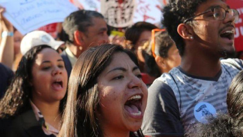 Jovens gritam em protesto para manter o Daca