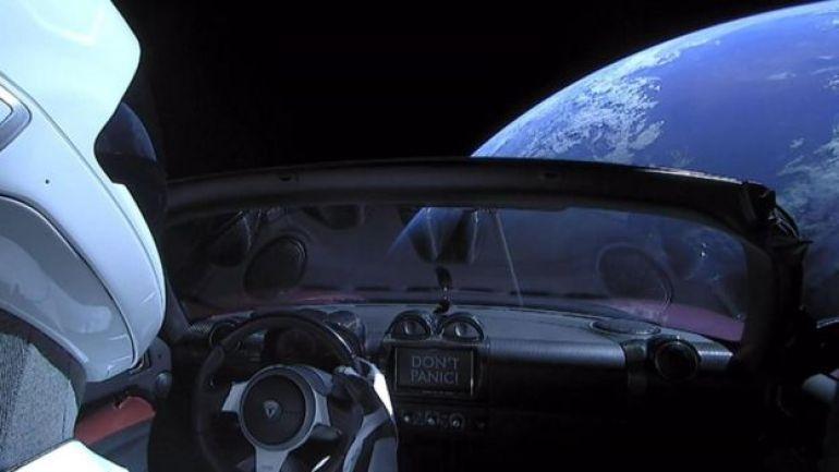 Montaje de un auto y de fondo la Tierra