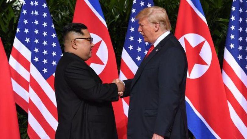 Imagem mostra aperto de mãos entre Trump e Kim