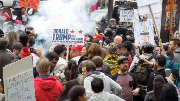 Xung đột giữa hai nhóm ủng hộ và chống đối Tổng thống Trump