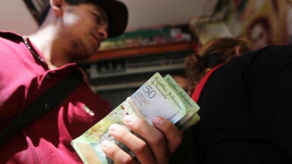 Un hombre con un fajo de billetes