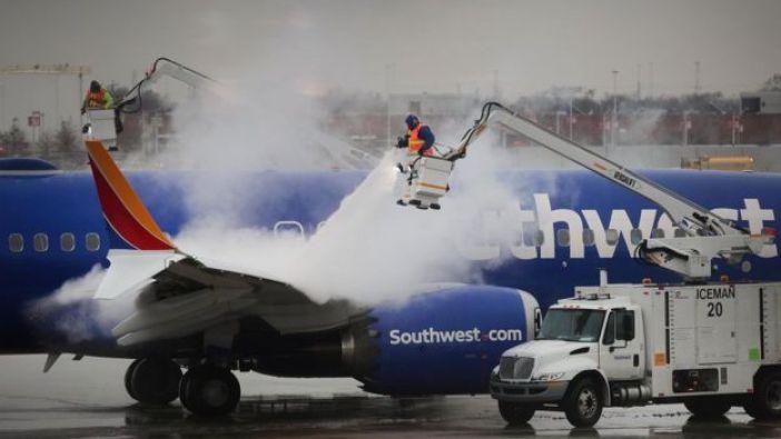 Trabajadores descongelan un avión de Southwest Airlines en Chicago.