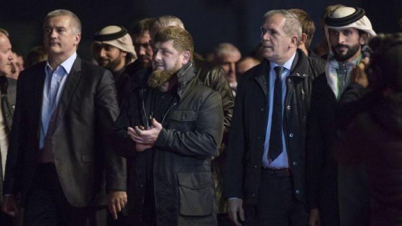 Ramzan Kadırov Qroznıda Ziyad Sabsabi (sağda) ilə birlikdə Bəhreyn nümayəndələrini qarşılayır, 2017-ci il